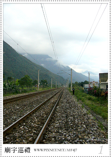 廟宇後的鐵道與山景