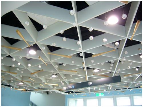 場內大廳天花板也有棒球元素