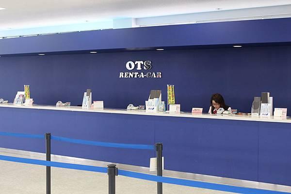 OTS租車的櫃檯,店內有會中文的工作人員,會在你到達時詳細的跟你解釋租車的狀況和注意事項。