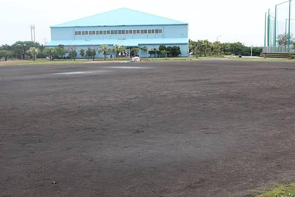 球場旁邊有一大片黑土場地,拿來練習或是小朋友打棒球都很合適!