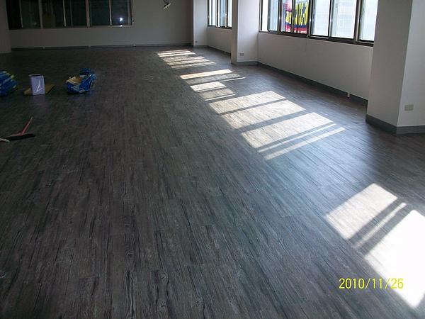 長條木紋塑膠地磚