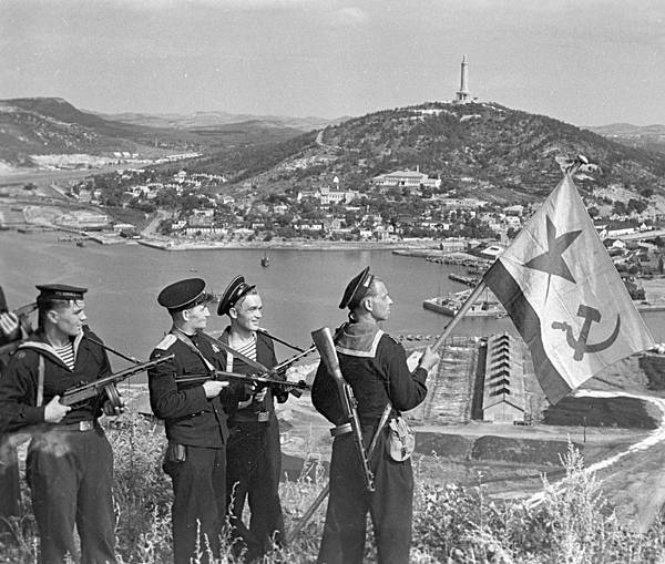 RIAN_archive_834147_Hoisting_the_banner_in_Port-Artur__WWII_(1941-1945)