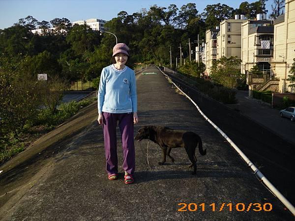 媽與小黑回家路上.JPG