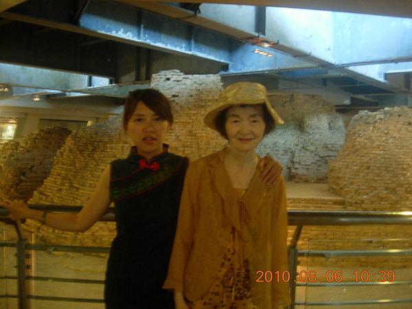 與媽在杭州 雷峰塔合照.JPG