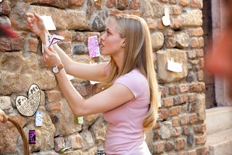 蘇菲在「愛之都」的石牆照.jpg