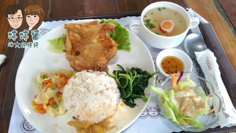黃金咖啡海岸泰式椒麻雞飯醬菜配菜沙拉湯品五穀飯
