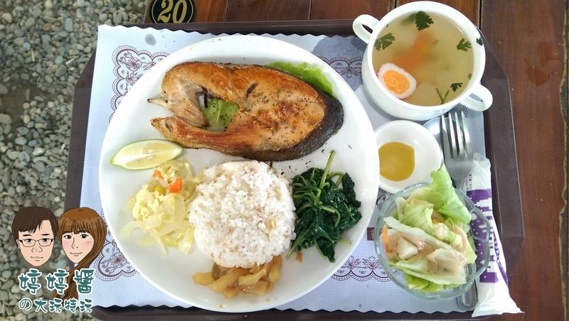 黃金咖啡海岸香煎鮭魚飯醬菜配菜沙拉湯品五穀飯