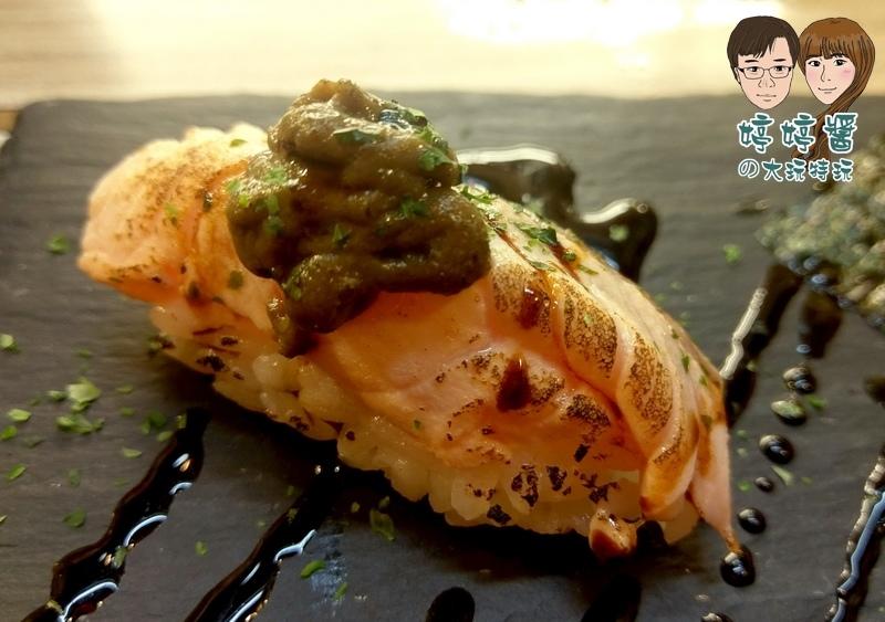 合掌村日式料理鮭魚佐松葉蟹膏握壽司