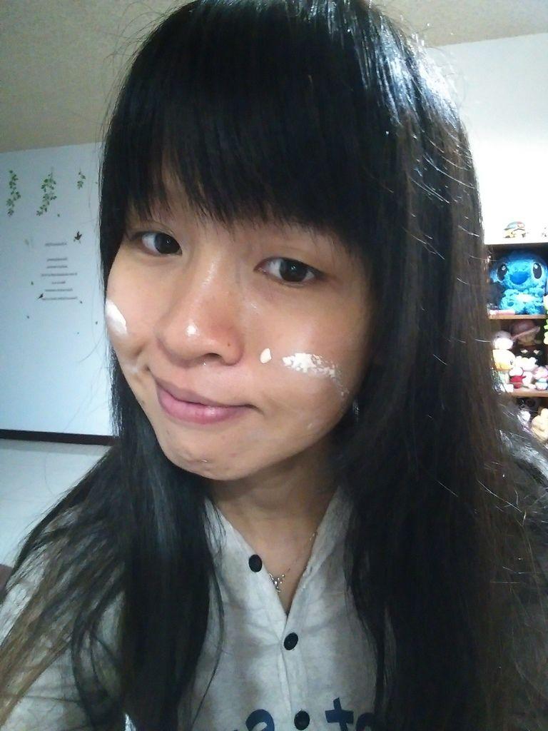 AGLAE雅葛蕾奧圖玫瑰雪肌防曬素顏霜塗抹臉上
