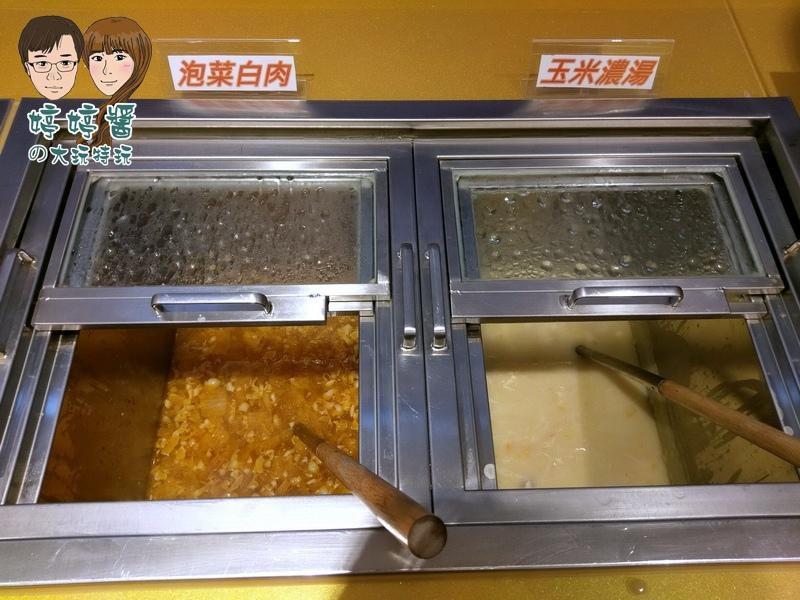 爭厚厚切牛排 桃園店自助吧熱湯 泡菜白肉 玉米濃湯
