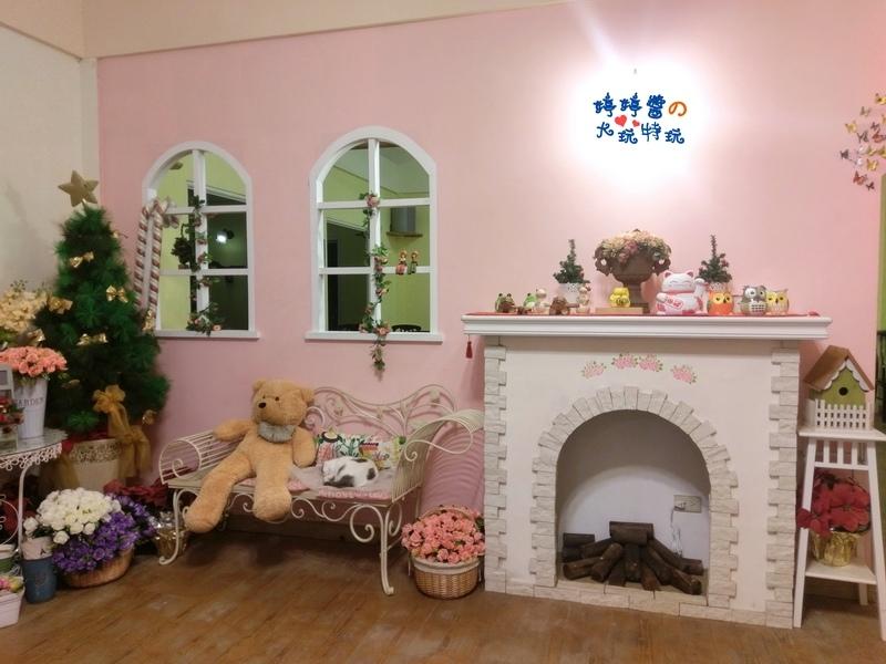 苗栗岩川莊園餐廳櫃檯佈景壁爐大熊熊歐風椅