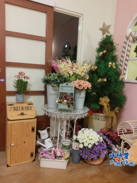苗栗岩川莊園餐廳櫃檯佈景聖誕樹花