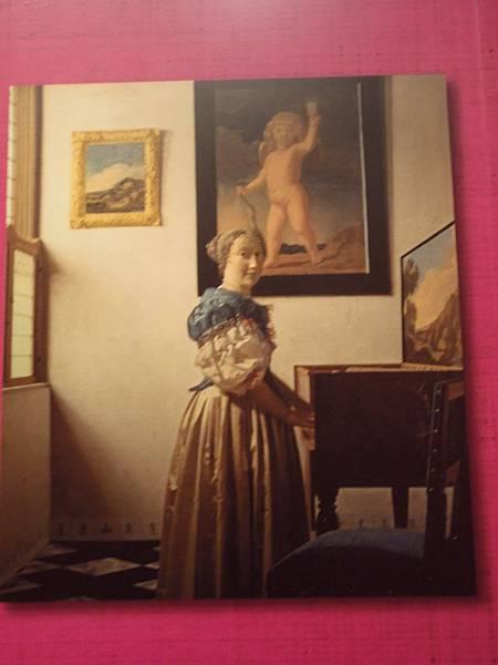 站在鋼琴女人