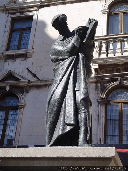 Voćni Trg廣場上的Marko Marulic雕像