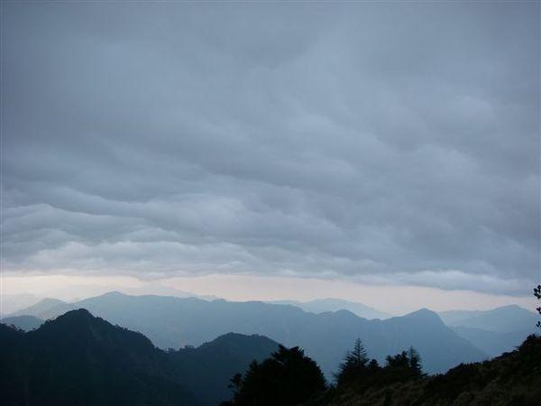 雲層愈來愈低