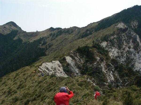 三叉營地就在前方稜線下的一處平台