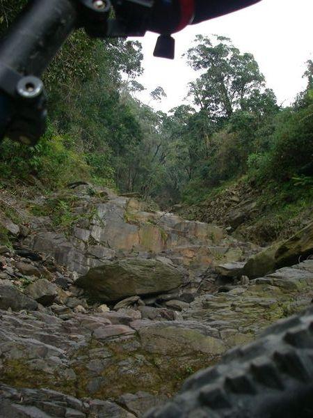 巨岩與溪溝共構
