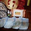裝了1包新的濕紙巾,4片紙尿褲,1瓶乾洗手,1瓶防蚊液
