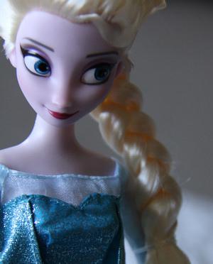 Anna-and-Elsa-Disney-Store-dolls-frozen-35592923-300-372.jpg