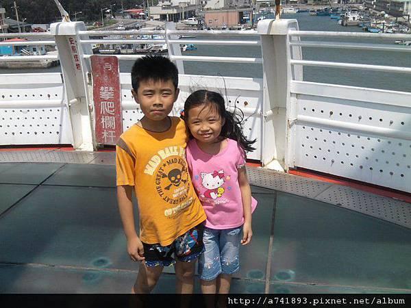 彩虹橋上的兩兄妹.jpg