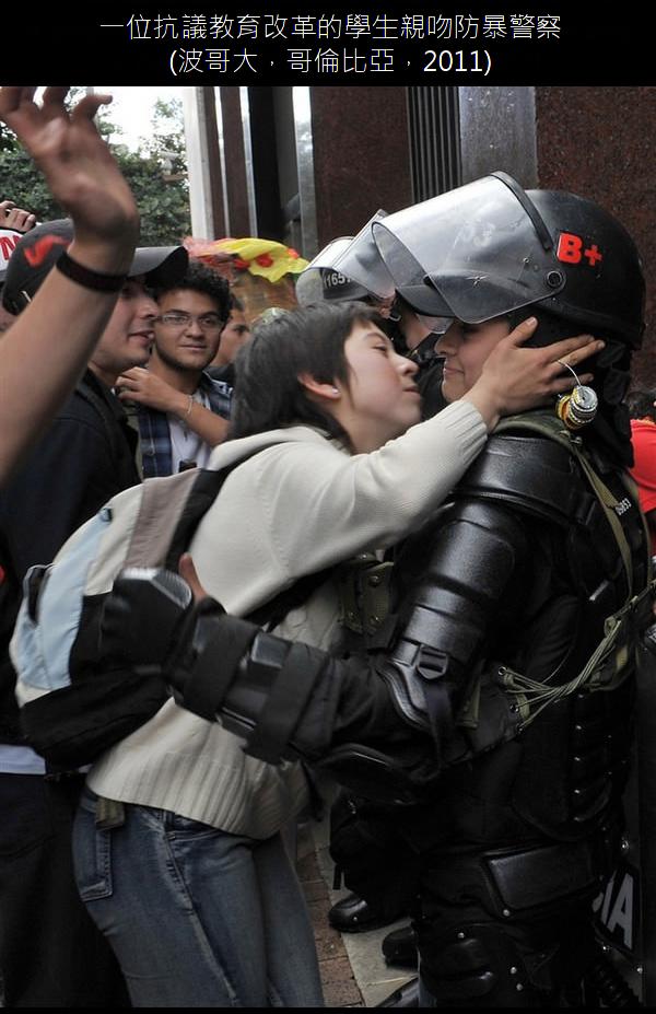 03.一位抗議教育改革的學生親吻防暴警察.03.png