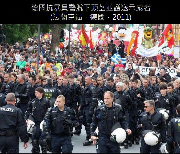 19.德國抗暴員警脫下頭盔並護送示威者.19.png