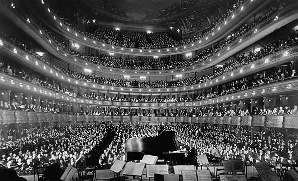 Metropolitan_Opera_House,_a_concert_by_pianist_Josef_Hofmann_-_NARA_541890_-_Edit