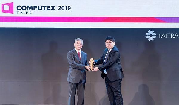 華碩新一代智慧型手機「ASUS ZenFone 6」奪下「創新設計獎金獎 」,今由華碩手機事業處總經理張凱舜代表領獎。