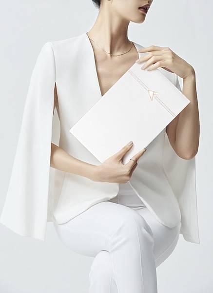 ASUS ZenBook Edition 30 精心挑選最優質的頂級義大利真皮,歷經50多道皮革工法與手工縫線造就奢華與質感兼具的簡潔外型。