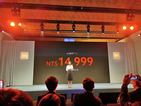 小米 9T Pro 提供 火焰紅、冰川藍 與 碳纖黑 共三種顏色,售價新台幣 $14,999元( 8GB + 256GB )