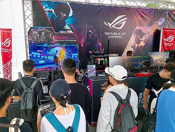 ROG格鬥野台─Give Me Fight!現場展示多款ROG最新強悍配備,讓玩家們搶先體驗。