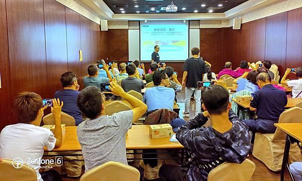 華碩首創「ZenFone 6用戶專屬學堂」,自今年8月開跑以來,活動場場爆滿好評不斷,學員滿意度高達98.5%,學員在課堂上實作,精進自我攝影力。