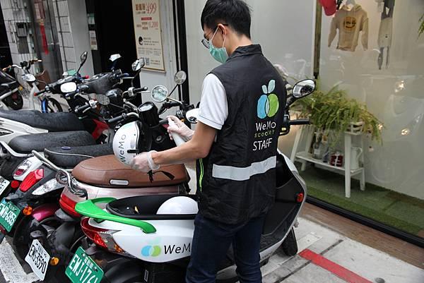 新聞照1_為防範近期新型冠狀病毒傳染風險,智慧出行電動機車服務 WeMo Scooter 自主加強共享運具的防疫措施,農曆年後即針對全台所屬營運車輛,進行車輛、安全帽配件與環境消毒