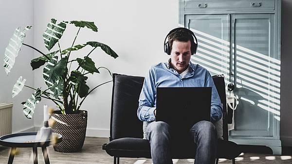 Bose 700 無線消噪耳機無與倫比的收音效果、清晰透亮的通話品質能使線上會議溝通更加順暢