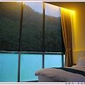 床旁邊就是超大落地窗.jpg