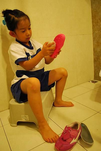 汝汝洗鞋.JPG