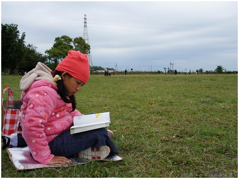 姐姐則是在旁看書