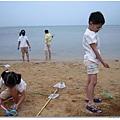 門前沙灘是孩子們玩耍的好地方