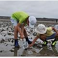 兩個大的挖螃蟹洞
