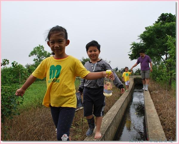 走過小水溝我們要去菜園喔.jpg