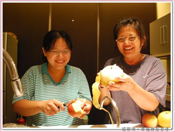 努力餵飽我們的兩位大廚.jpg