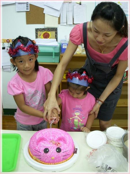 老師協助下切蛋糕.jpg