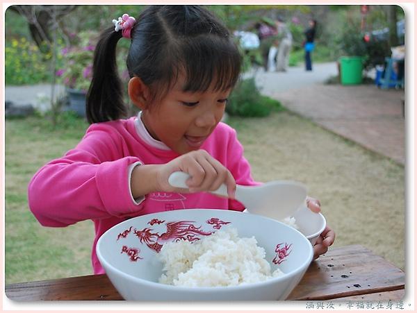 幫忙盛飯的孩子.jpg