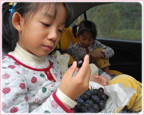 兩個孩子直接在車上吃了起來.jpg