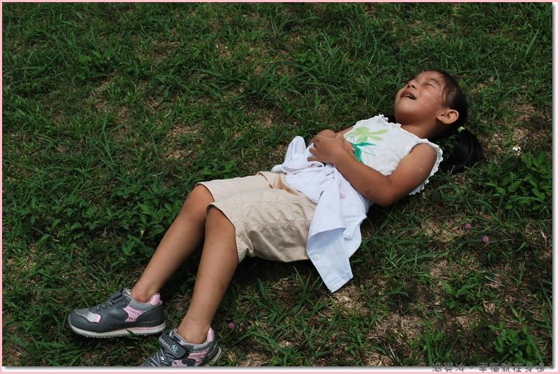 累了躺在草地上.jpg