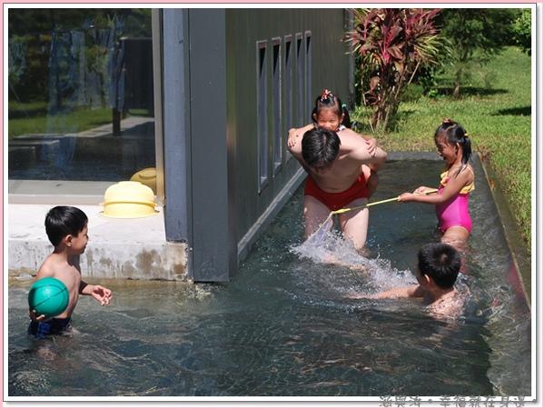 小毛叔叔也下水玩囉.jpg