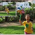 孩子開心玩著風箏.jpg