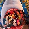 孩子們擠在一起被張口鯊魚追咬.jpg
