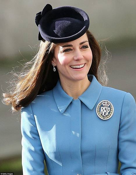 30F7B78C00000578-3435752-Bling_bling_The_Duchess_wore_a_pair_of_dazzling_jeweled_earrings-m-77_1454863921367