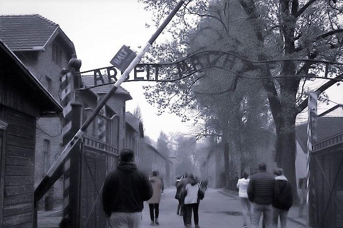 一號營大門的「勞動帶來自由」標語-01.jpg